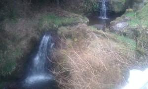 ちょっと歩いたところに小さな滝が。!